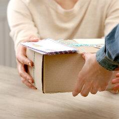 Przesyłka pocztowa czy kurier - co wybrać?
