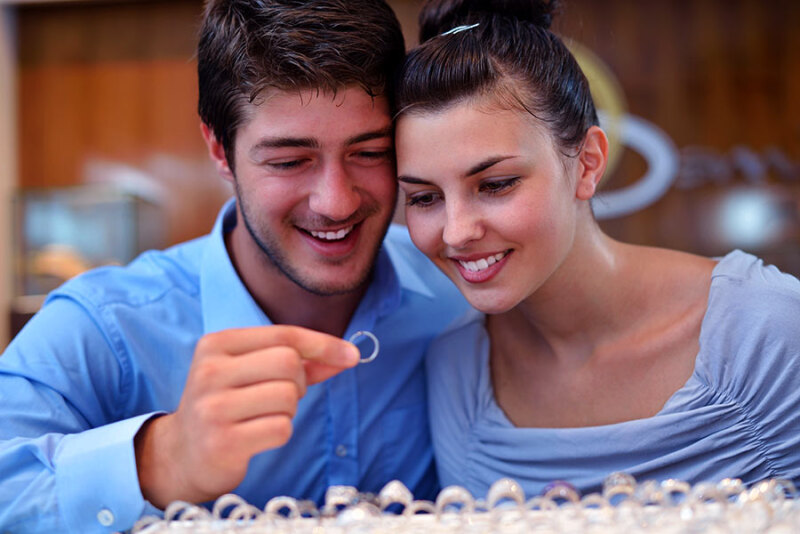 Czy można zmniejszyć lub powiększyć pierścionek zaręczynowy lub obrączkę?