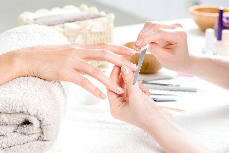 Manicure w salonie – ile to kosztuje?