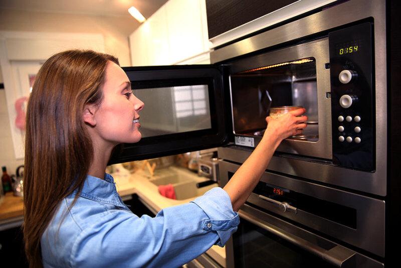 Mikrofalówka – niezbędna czy zbędna w kuchni?